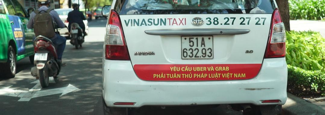 Vi phạm Luật cạnh tranh khi taxi dán khẩu hiệu phản đối?